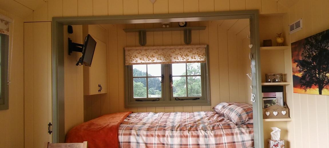 Cosy bed in Oak.